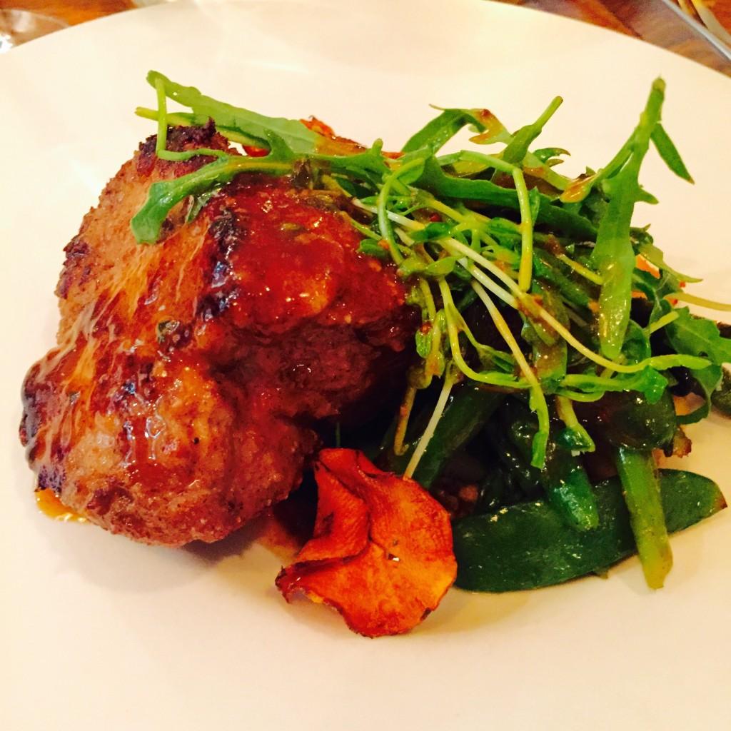 Quasi de veau rôti en croute de sarrasin, gnocchi maison et asperges vertes