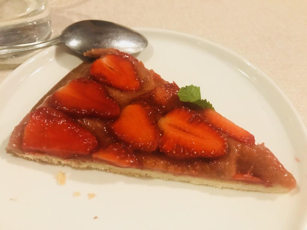 Tarte maison à la rhubarbe et fraises